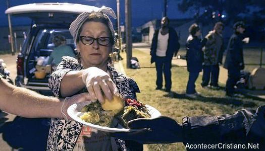 Multan a mujer por dar de comer a personas sin hogar