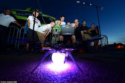 Um enxame de quadricópteros sincronizados toma os céus da Áustria Article-2198582-14D87BDB000005DC-175_964x641