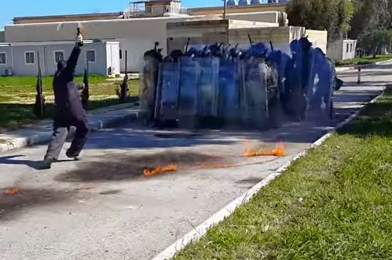 Απίστευτο γέλιο σε άσκηση της αστυνομίας: Πως να ΜΗΝ πετάτε μια βόμβα Μολότοφ [video]