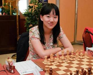 Échecs à Athènes - ronde 4 : La Chinoise Guo Qi (Grand Maître International Féminin avec un classement Elo de 2358) affronte table 1 la favorite russe Anastasia Bodnaruk (MI, 2414 Elo) - Photo © site officiel