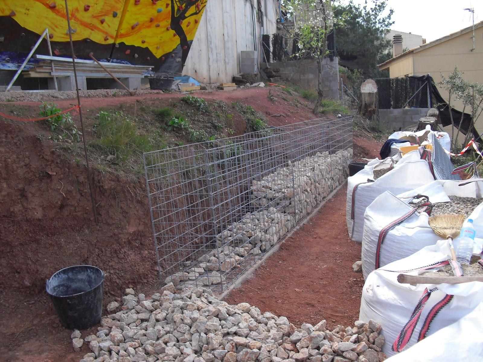 Nuestra casa contenedor llenando gaviones - Hacer pared de piedra ...