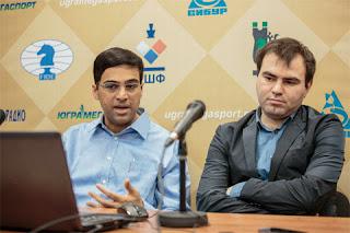 L'ex-champion du monde d'échecs Viswanathan Anand commente sa victoire avec les Noirs sur l'Azéri Shakhriyar Mamedyarov, qui subi sa deuxième défaite consécutive - Photo © ChessBase