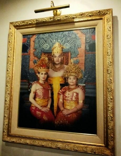 Foto Farhat Abbas dan Nia Daniati Baju Adat Bali 2014