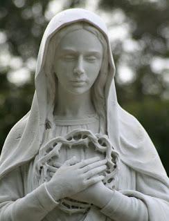 La Vierge Marie portant la couronne d'épines de Jésus