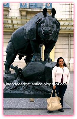 Imagem de uma das estátuas da praça da entrada do Museu D'Orsay em Paris, França.