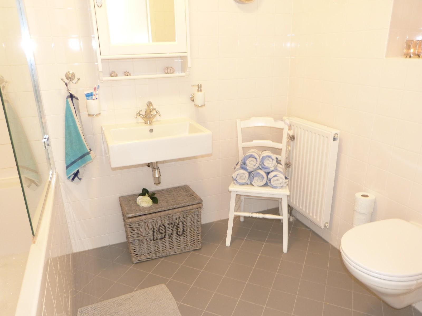 Het brocante schelpenhuisje tips sfeervolle badkamer met klein budget - Kleine badkamer m ...