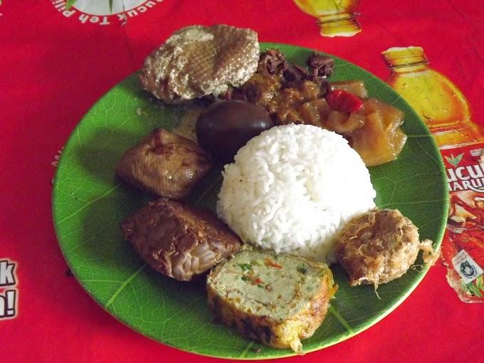 Makan Gudeg Terkenang  Kampung Halaman