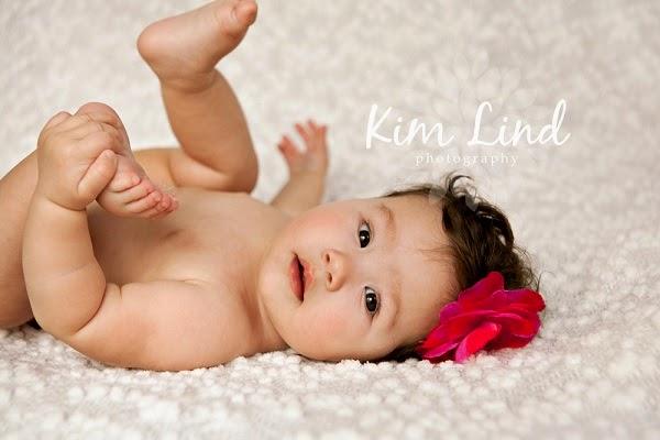 Bébé fille joue avec ses pieds