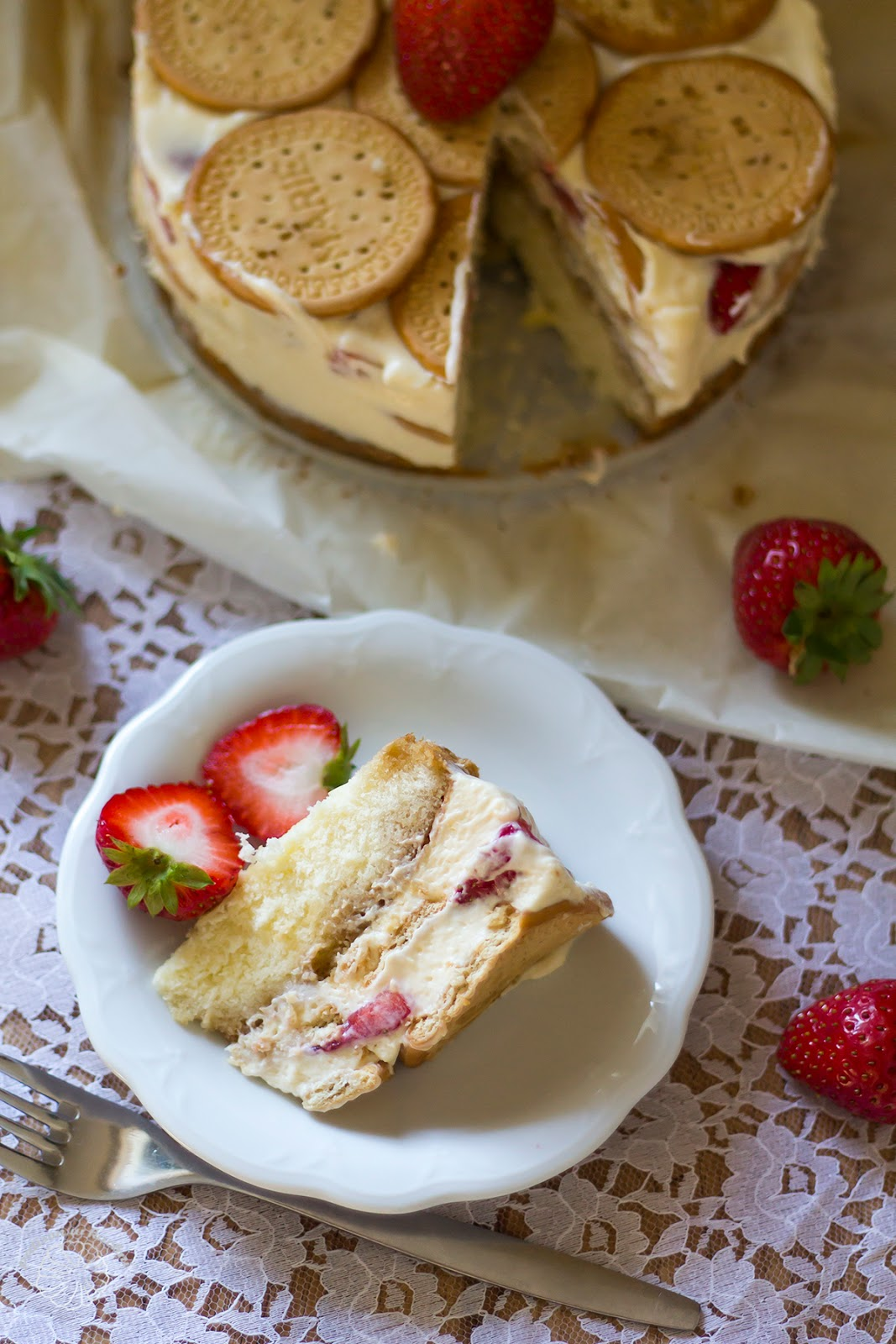 Tiramisu cake with strawberries