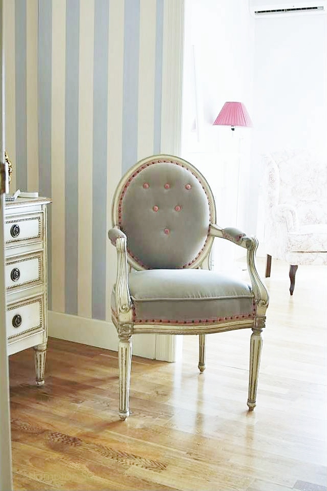 Un dormitorio estilo french chic hampton sc - Butaca para dormitorio ...