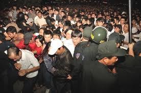 chen lấn trong lễ hội