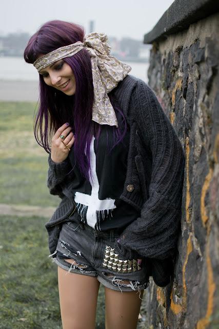 masha sedgwick lila haare köln modebloggerin fashion blog violet hair hippie goth grunge studs studded shorts
