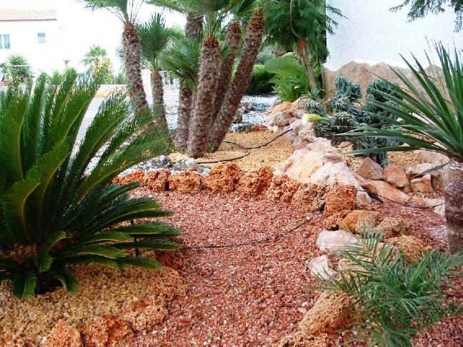 Jardines decorados con piedra cocinas modernass for Jardines modernos con piedras
