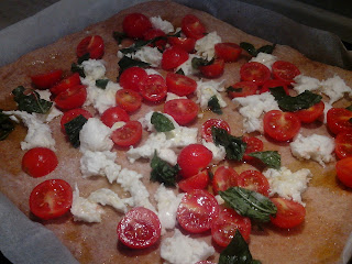 pizza integrale con bufala e pachino