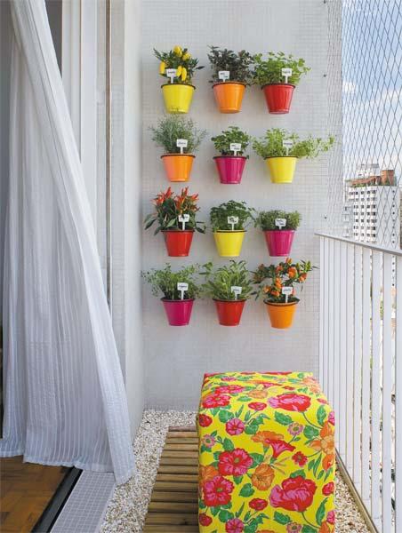 jardim vertical terraco:Na atmosfera cinza de São Paulo, móveis coloridos (sem cair no