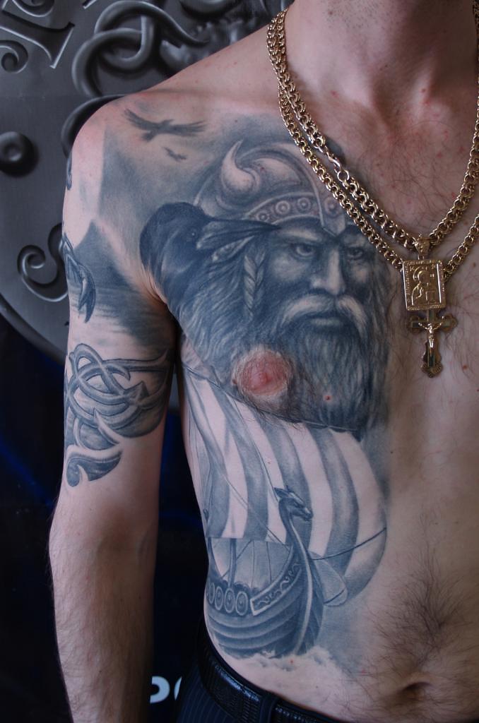 Тату викингов на грудь