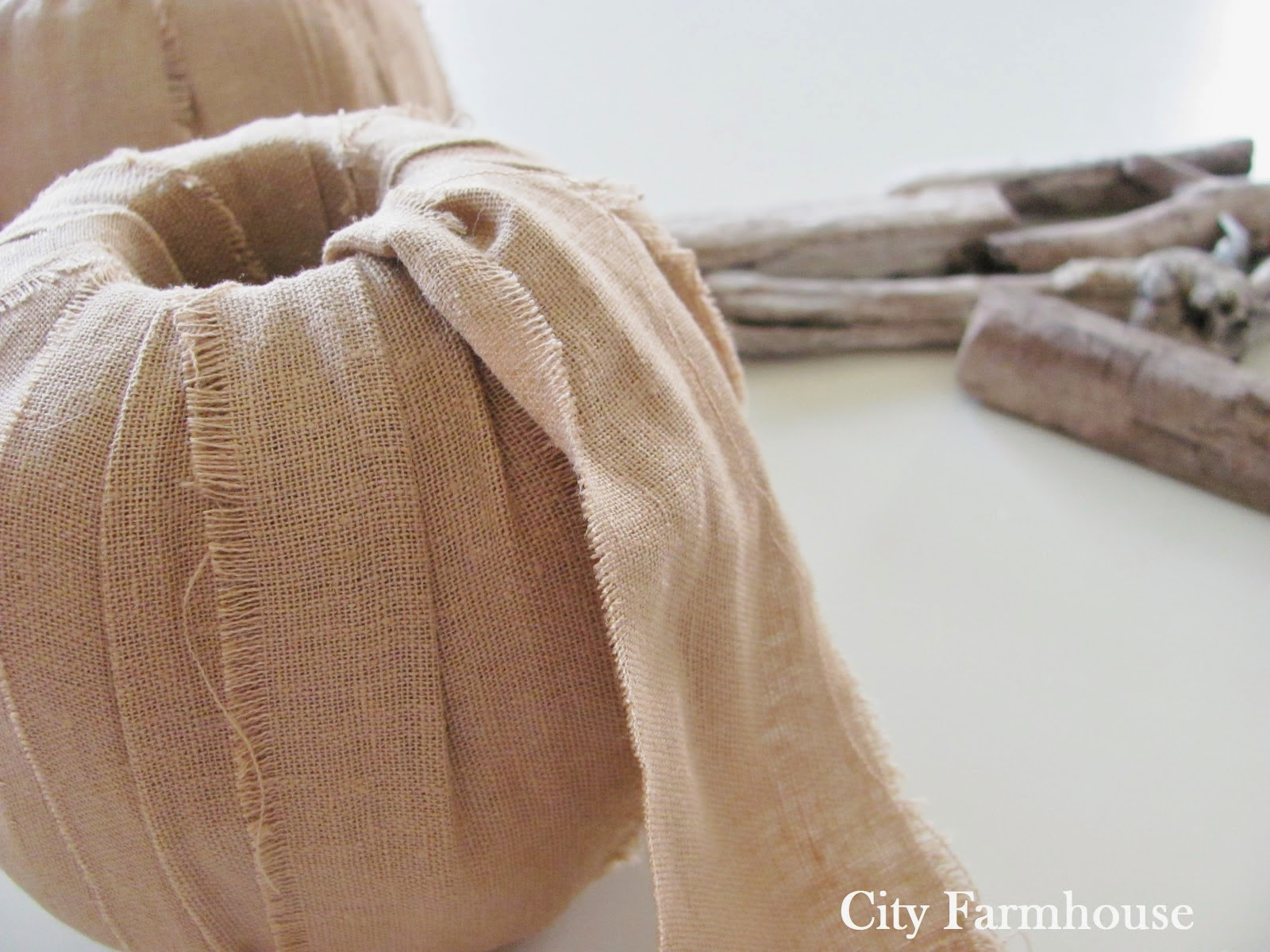 Calabazas de tela, palos y rollo de papel higiénico para decorar en Halloween4