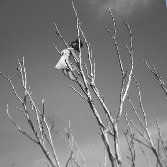 Kylie Woon fotografia photoshop surreal solidão melancolia Agarrada pela natureza
