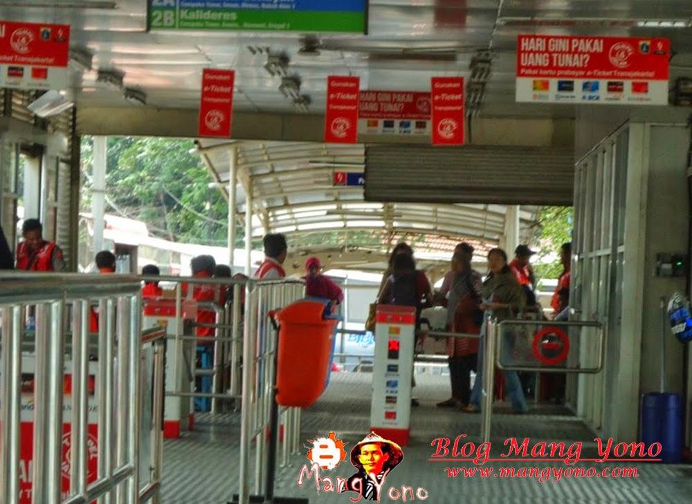 Calon penumpang kembali dari penjualan tiket dengan menggrutu