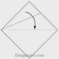 Bước 2: Gấp chéo cạnh tờ giấy xuống dưới.