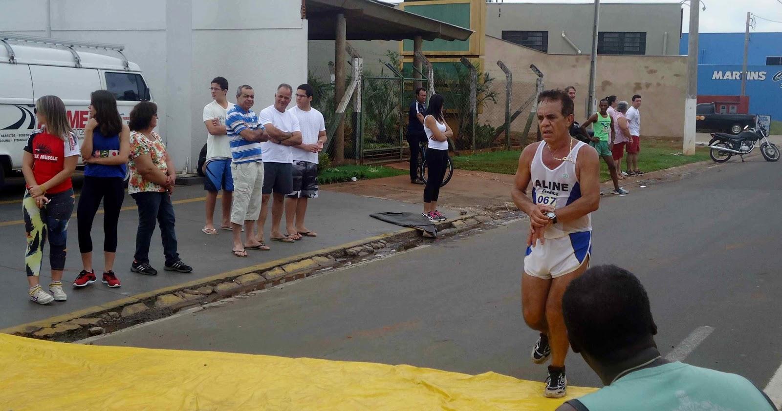 Foto 106 da 1ª Corrida Av. dos Coqueiros em Barretos-SP 14/04/2013 – Atletas cruzando a linha de chegada