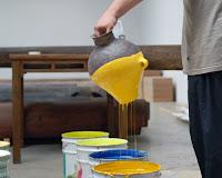 boyaya daldırarak boyanan küp, sarı boya rengi