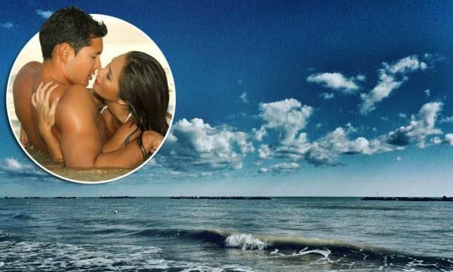 Pasangan tersekat antara satu sama lain ketika melakukan hubungan intim di laut