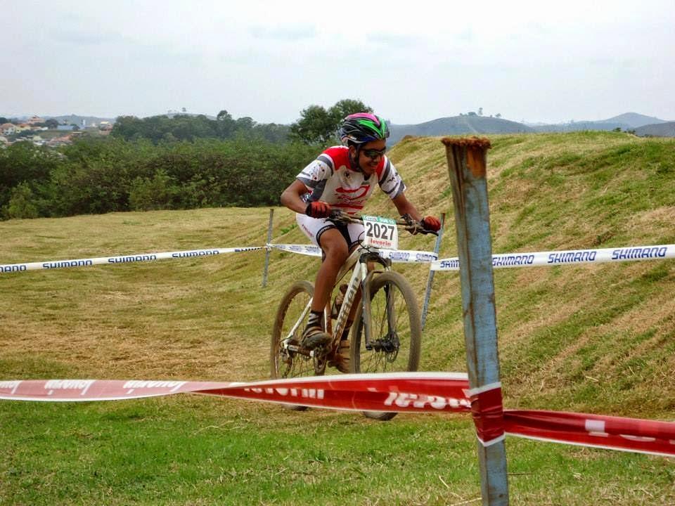 O atleta João Amorim pedalando rumo ao pódio.
