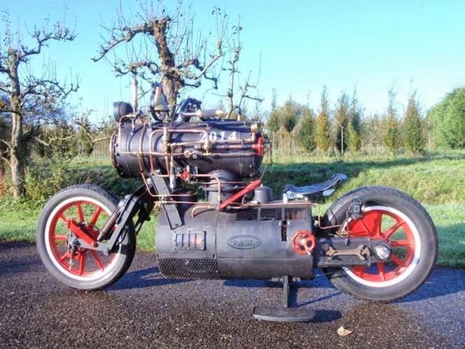 μοτοσυκλέτα που μοιάζει βγαλμένη από την εποχή των τρένων με ατμομηχανή