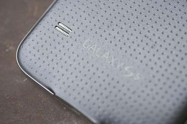 """Parte traseira do Galaxy S5 com """"covinhas"""" ajuda na hora de segurar o dispositivo e evita que o smartphone escorregue da sua mão"""