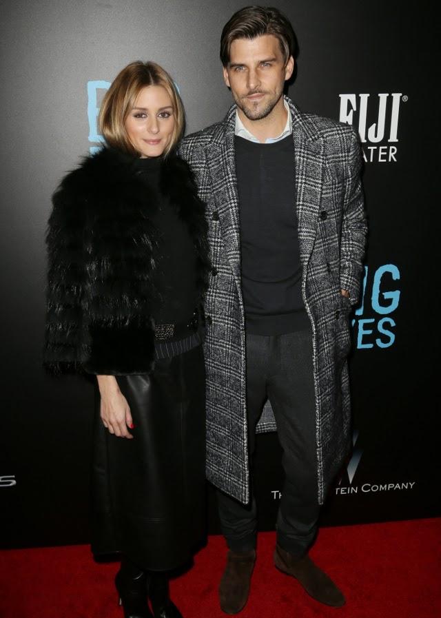 la pareja de guapos conjuntada en grises