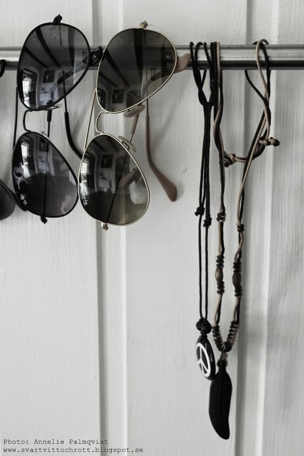 diy stång för glasögon, diy inredning, glasögon, ray ban, halsband, peace, svartvitt, stång från ikea, tips, inspiration