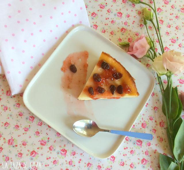 Trozo de tarta de queso con arándanos