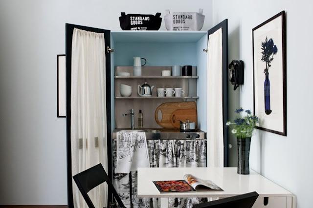 Kleine Räume und Wohnung einrichten: Spiegel, begehbarer Kleiderschrank und Schlafsofa, Farbe und Vorhänge