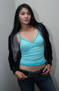 Foto Artis Seksi Nova Eliza Dengan TankTop Biru