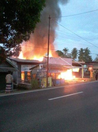 FOTO: kebakaran di depan SPBU Tanjung Raja Ogan Ilir