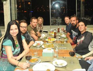 Evanescence >> Galería - Página 11 Evanescence+em+jantar+com+autores+da+revista+Blue+Jean
