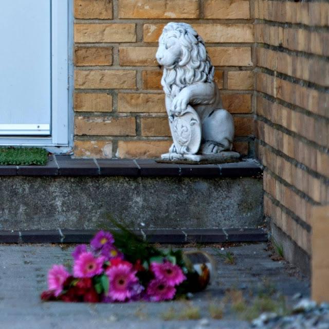 Løve og blomst ved hoveddøren fra dobbeltselvmord på Lundsbjergvej, Ferritslev