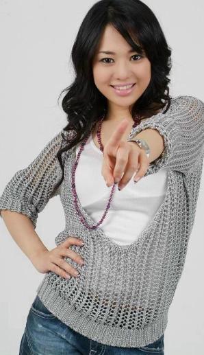 Sora Aoi señalando con el dedo