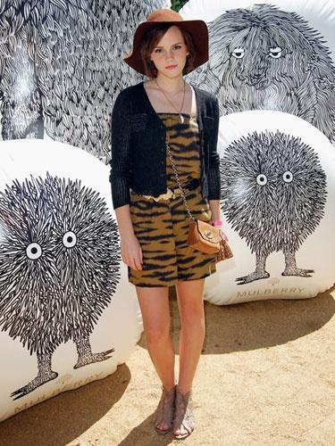 7 dias sete looks de Emma Watson - macacão às riscas botins e chapeu
