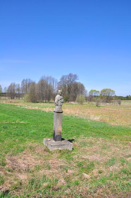 Luta k. Krasnej. Królująca krajobrazowi kamienna figura św. Jana. Fot. KW.