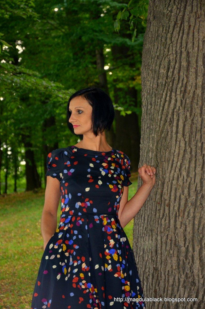 Rozkloszowana, letnia sukienka z kieszeniami i odkrytymi plecami.