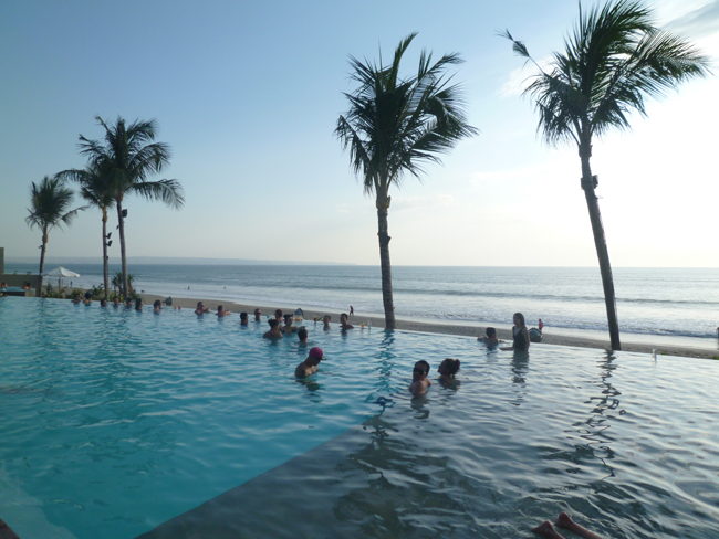 La piscina al lado de la playa