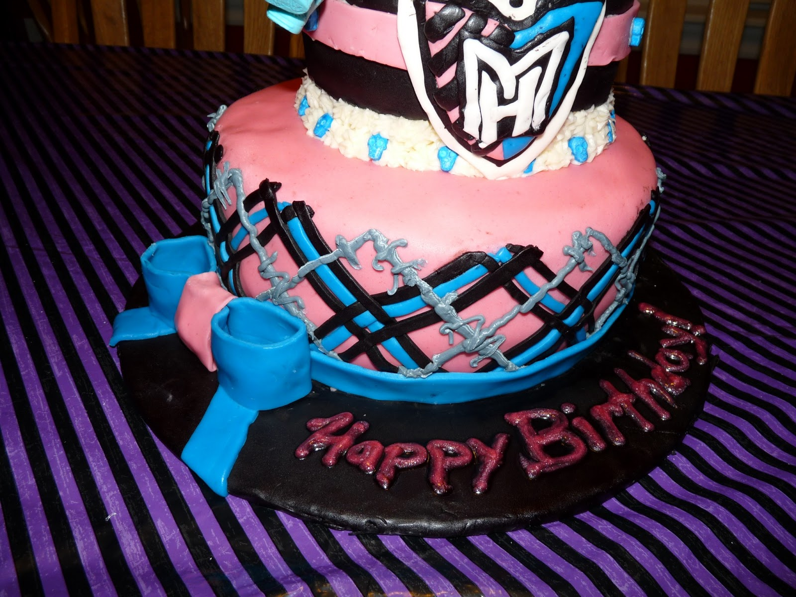Idle scribbles of a niagara mom monster high cake i created the monster high symbol out of fondant and added it to the front of the cake biocorpaavc