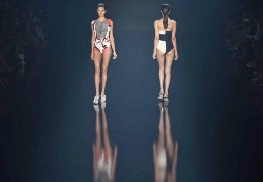 Pesona model yang memamerkan busana musim panas rancangan filhas de