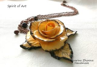жълта състарена роза от полимерна глина