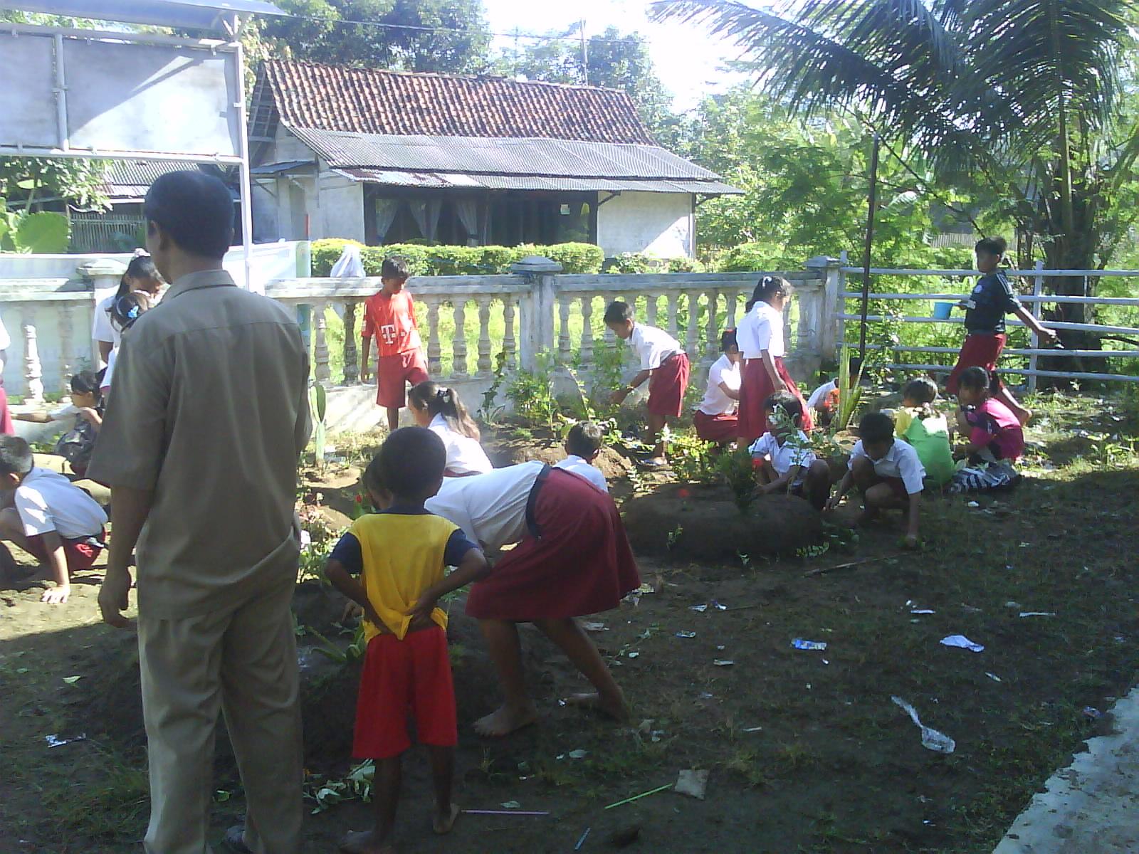Sekolah Dasar Negeri Panikel 02 Pembuatan Taman Sekolah Oleh Siswa