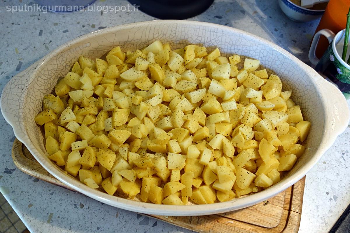 Картофельная запеканка с колбасками-приготовление