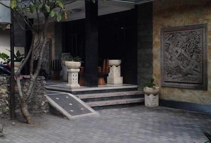 Hotel Ini Berada 35 Km Dari Bandara Ngurah Rai Sedangkan Fasilitasnya Sendiri Meliputi Layanan Laundry Dan Shattle Resepsionis 24 Jam Antar Jemput