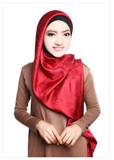 Contoh Model Hijab Modern Satin Segi Empat Motif Floral